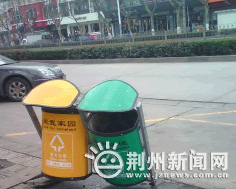 有的垃圾桶底座的支撑架断裂,导致垃圾桶桶身倾斜;有的垃圾桶单侧或者图片